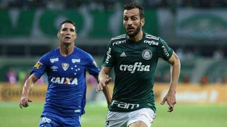 Em lance com Edu Dracena, Fábio deixou a bola escapar e o árbitro marcou a falta (Foto: Luis Moura / WPP)