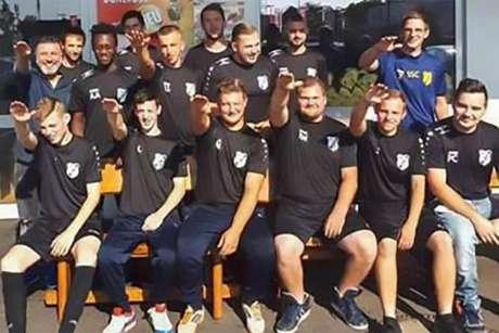 Jogadores são demitidos de time alemão após foto com gesto nazista (Foto: Reprodução)