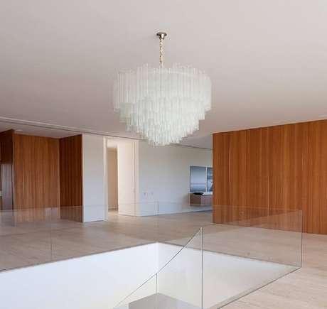 4. Ambiente com guarda corpo de vidro e paredes revestidas com alvenaria – Foto: Roberto Migotto