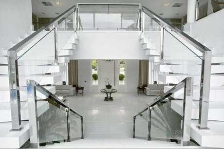 17. Decoração para ambiente todo clean com guarda-corpo de vidro e corrimão de alumínio – Foto: Bianka Mugnatto