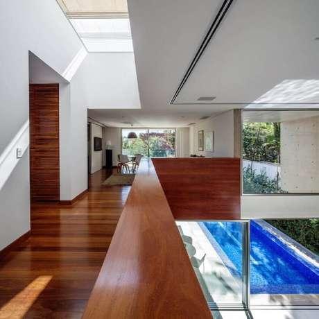 21. Corredor elevado com piso e guarda corpo de madeira – Foto: Reinach Mendonça