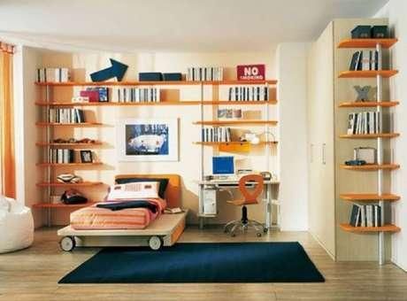 24. Quanto mais prateleiras tiver em seu quarto, mais opções de organização você ganha.
