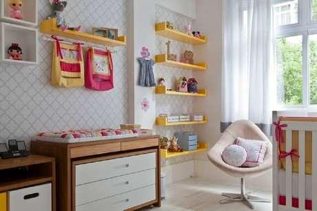17. Prateleiras coloridas dão mais alegria para o quarto do bebê