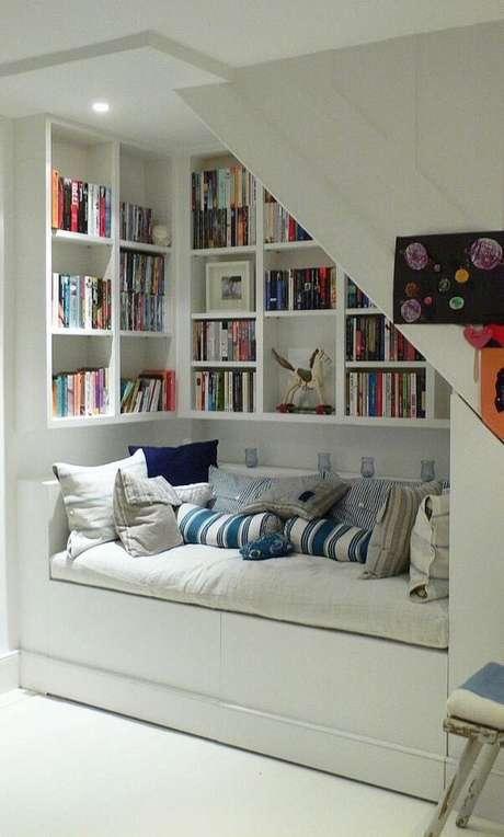 26. O quarto ficou super aconchegante com as prateleiras para livros.