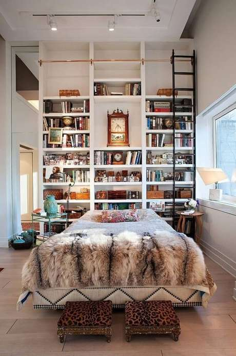 21. A cabeceira de cama pode ganhar uma nova personalidade com a prateleira de livros para quarto.