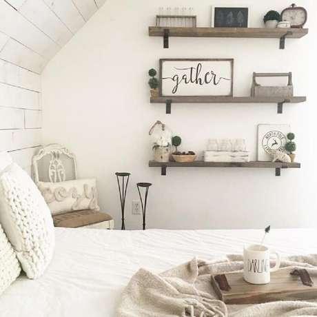 22. Decoração super delicada para quarto com prateleiras de madeira