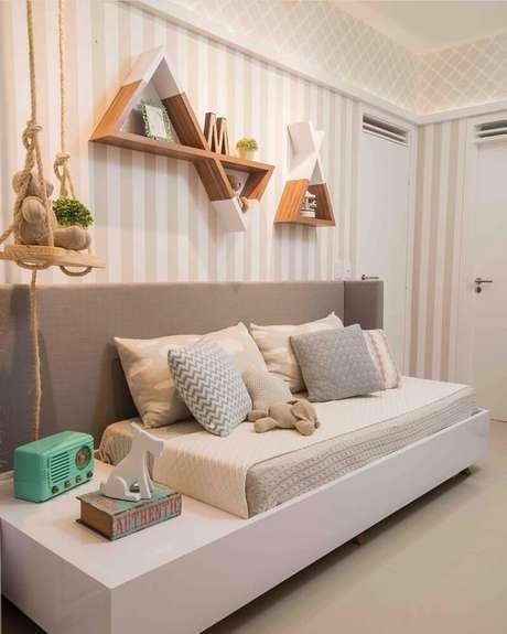 13. Prateleiras com formas diferentes garantem um toque especial na decoração do quarto