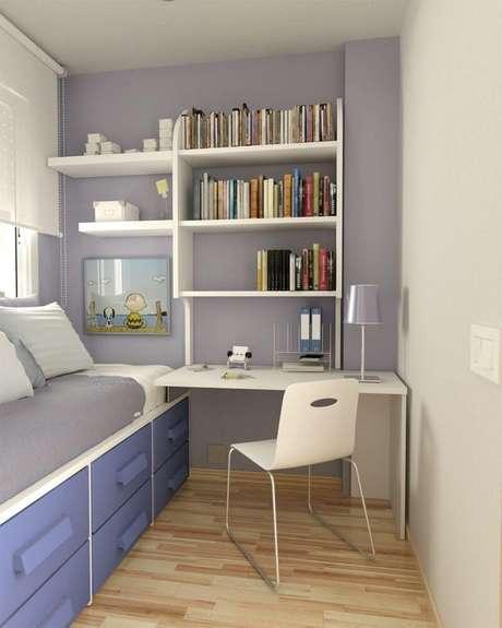 25. Prateleiras são uma ótima opção para organizar quartos pequenos.