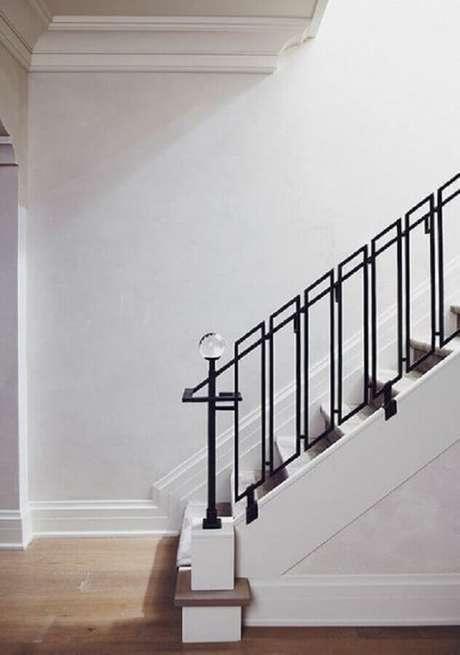 26. Escada branca com guarda-corpo de ferro preto – Foto: Pinterest