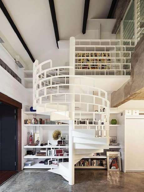 27. Escada caracol com guarda-corpo de ferro pintado de branco – Foto: Pinterest