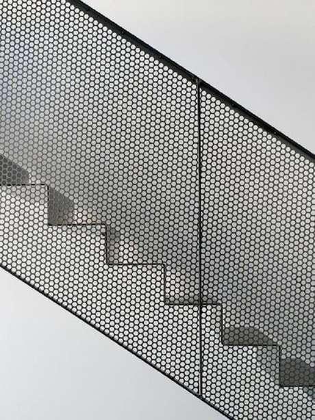 32. Escada branca com guarda-corpo de tela preta – Foto: Pinterest
