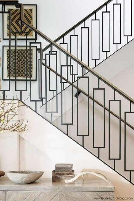 33. Escada de alvenaria com guarda-corpo de ferro e corrimão de madeira – Foto: Pinterest