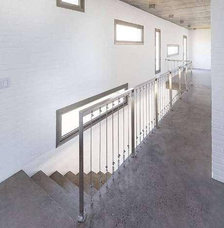 34. Ambiente estilo industrial com escada de concreto e guarda-corpo de alumínio com fios de aço – Foto: Oficina Conceito Arquitetura