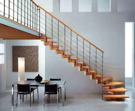 38. Escada de madeira com guarda-corpo de ferro e corrimão de madeira – Foto: Wykończenie wnętrza domu