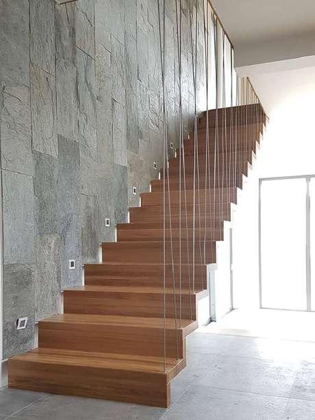 40. Escada de madeira com guarda-corpo feito com cabos de aço – Foto: Timber Schody