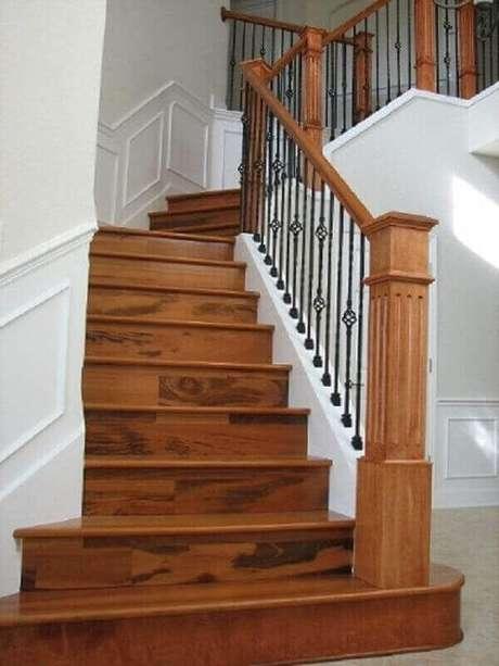 43. Modelo clássico de guarda-corpo de ferro para escada de madeira – Foto: Pinterest