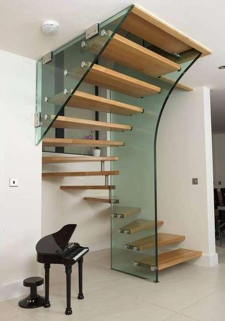 44. Modelo diferente de guarda-corpo de vidro para escada de madeira – Foto: Pinterest