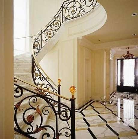 45. Ambiente com decoração clássica, escada de mármore e guarda-corpo de ferro – Foto: Oscar Mikail