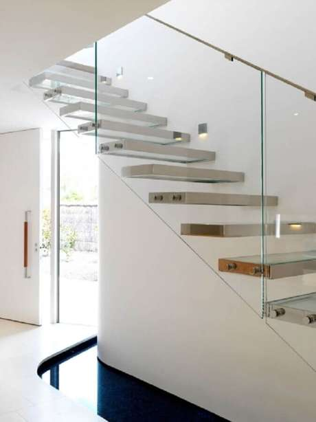46. Escada de metal com guarda-corpo de vidro – Foto: Stairs Design Ideas