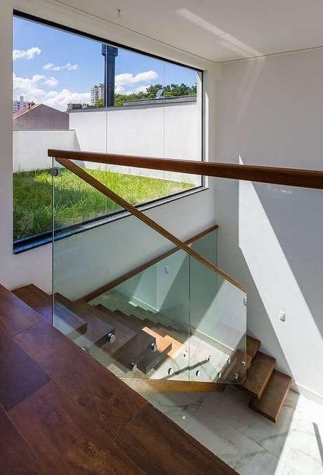 48. Escada e corrimão de madeira com guarda-corpo de vidro – Foto: Oficina Conceito Arquitetura