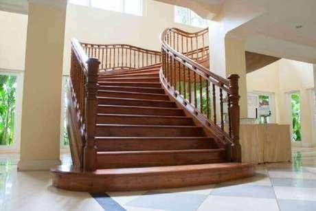 49. Modelo imponente de escada e guarda-corpo de madeira – Foto: Piros Katalógus