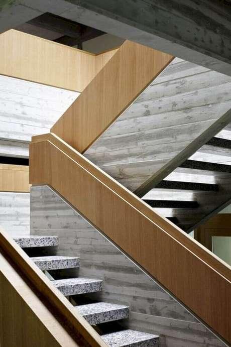51. Escada moderna com guarda-corpo de madeira – Foto: Futurist Architecture