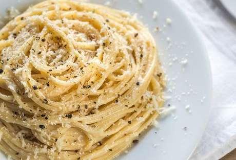 Espaguete cacio e pepe com bastante pimenta-do-reino moída