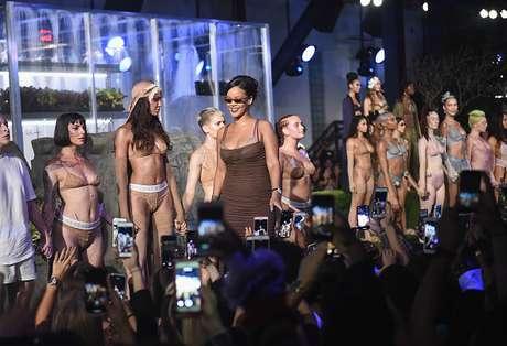 Rihanna entre as modelos no desfile de sua coleção de lingerie