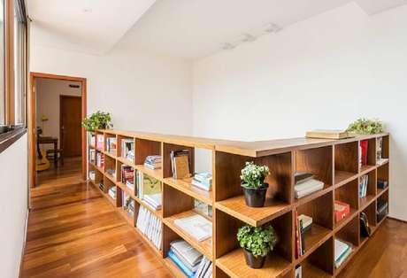 60. O guarda corpo de madeira também pode receber espaço com nichos e se transformar em um espaço super funcional – Foto: Acasa