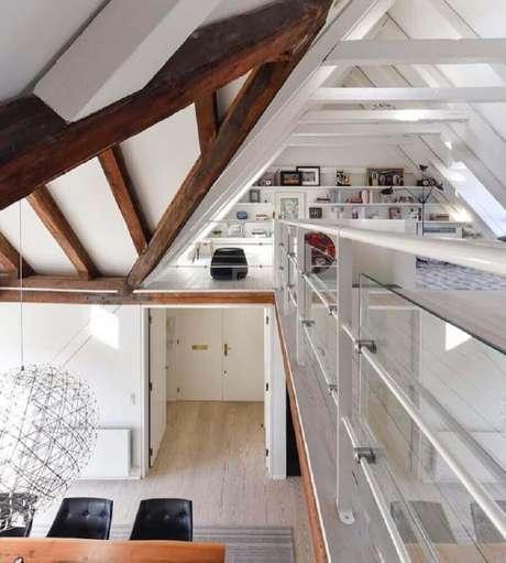 64. Para manter o estilo clean co loft, foi escolhido um modelo de guarda corpo de vidro com alumínio – Foto: Rodrigo Maia