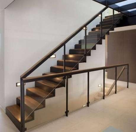 65. O guarda corpo de vidro pode ser usado em diversos ambientes internos e externos – Foto: Roofing Brooklyn