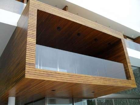 67. Varanda de madeira com estilo moderno e guarda-corpo de vidro – Foto: Roberto Migotto