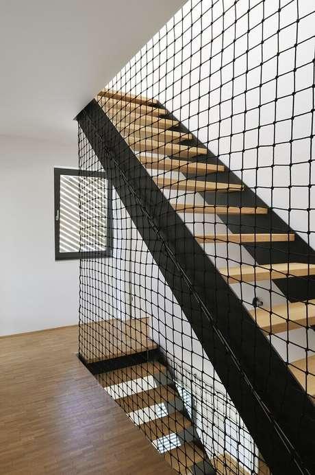 71. Escada de madeira com guarda corpo feito de rede – Foto: Archilovers