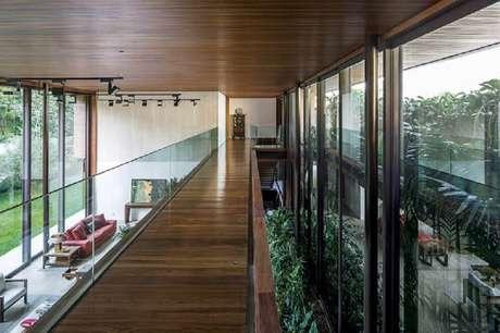 79. Passarela de madeira com guarda-corpo de vidro – Foto: Jacobsen Arquitetura