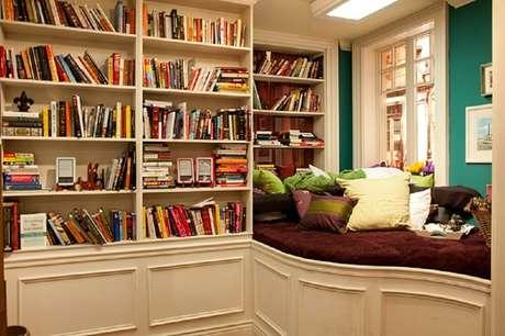 2. Prateleira de livros para quarto são uma excelente opção para manter seus livros organizados.