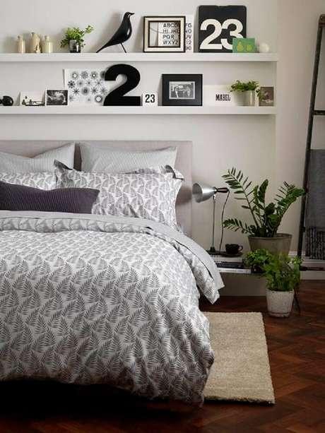 10. Prateleiras estreitas são ótimas para decoração com quadros eobjetos pequenos.