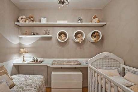 6. Prateleira para quarto de bebê com designer redondo garantiu um ambiente ainda mais delicado.