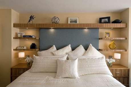 31. O quarto de casal ficou mais aconchegante com as prateleiras de madeira ao redor da cama