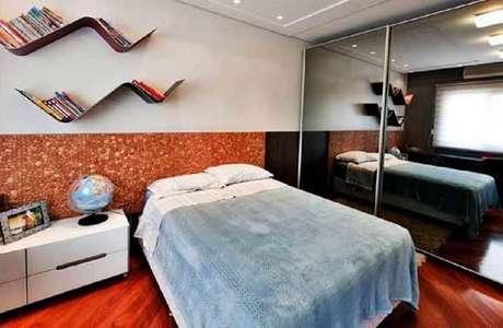 7. Prateleiras para quarto com formas de zigue zague podem incrementar a decoração.