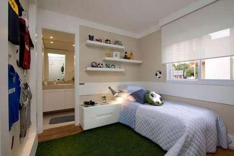 58- Prateleiras para quarto de solteiro ajudam a economizar espaço. Fonte: Pinterest