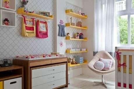 44- Prateleiras para quarto na cor amarela e nichos brancos complementam a decoração do ambiente. Fonte: Pinterest