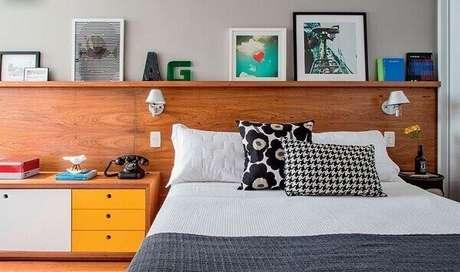 60- Algumas cabeceiras de cama acomodam prateleiras para quarto. Fonte: Pinterest