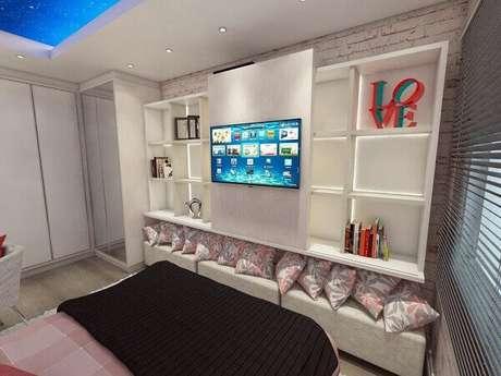 45- Prateleiras para quarto de casal acomodam livros, quadros de fotos e objetos decorativos. Fonte: Ednilson Hinckel