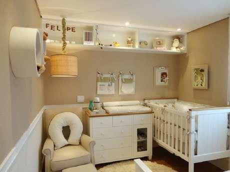 34. Decoração com prateleira para quarto de bebê com muita delicadeza.