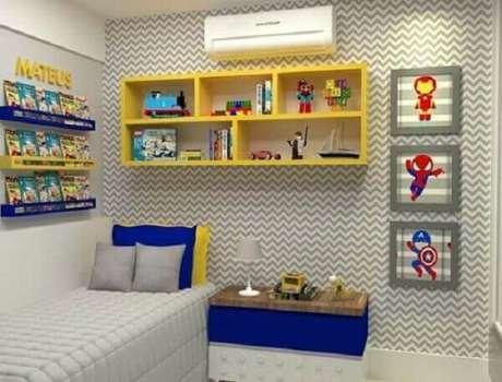 56- Prateleiras para quarto infantil na cor amarela decoram o cômodo com estilo e beleza. Fonte: Playgrama