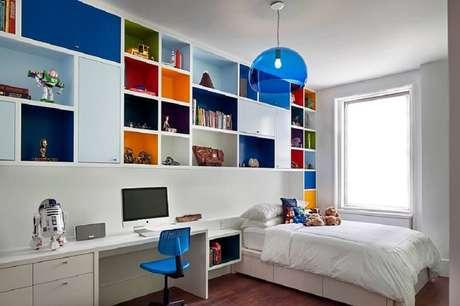 9. Quartos clean podem ganhar um toque especial com prateleiras para quartos coloridas.