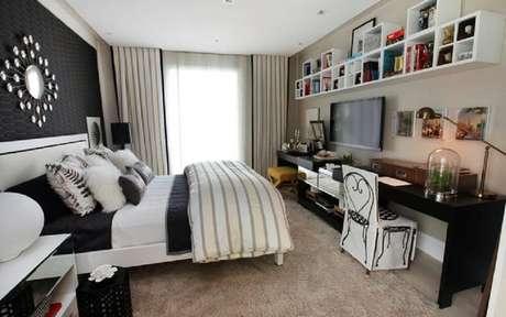 8. Quarto de casal decorado com prateleiras para quarto e papel de parede preto