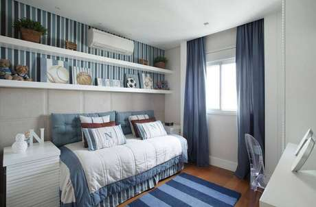 35. Lindo quarto de menino com tapete e papel de parede listrado e prateleiras para quarto.