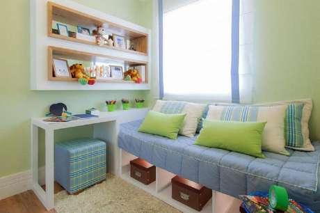 14. Quer ter um quarto mais organizado e com uma decoração linda? Invista nas prateleiras!