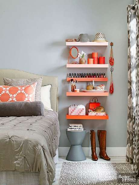 15. As prateleiras garantem espaço para organizar todos os objetos do quarto